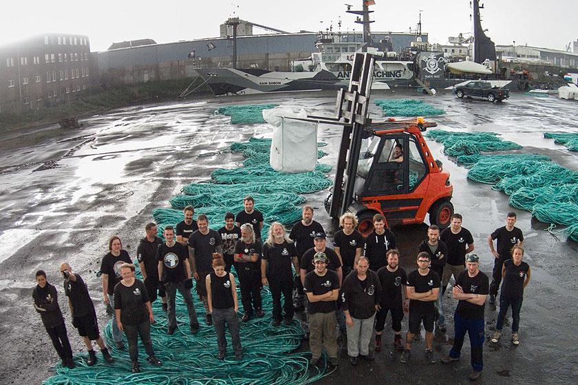 Parley for the Oceans werkte samen met Sea Shepherd om aan diepzee netten te komen die kunnen worden gebruikt in de Adidas sportschoenen.