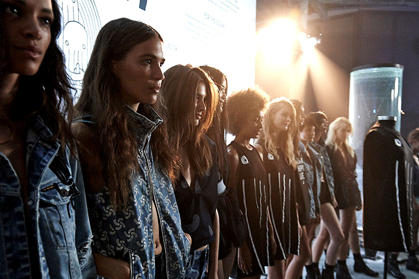 Modellen op de catwalk voor  kledingmerk G-Star , dat in samenwerking met Grammy winnaar Pharrell Williams een milieuvriendelijke kledinglijn ontwikkelde; Raw for the Oceans.
