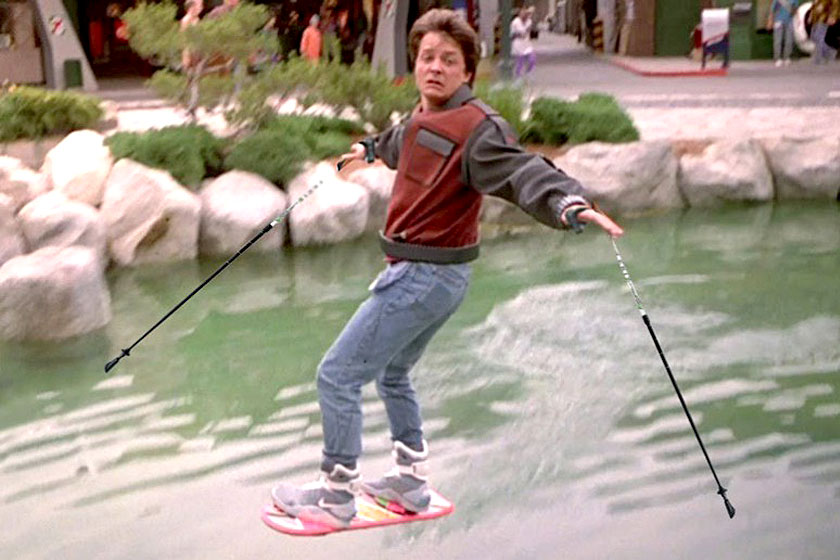 Michael J. Fox in de film  Back to the Future  op een hoverboard.