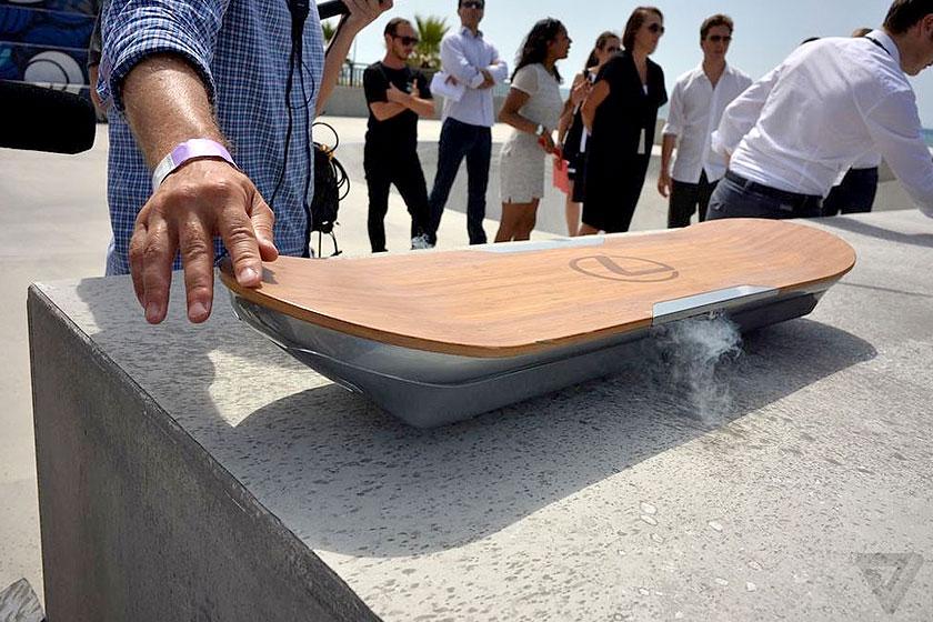 Het Lexus Hoverboard - innovatief skateboard zonder wielen, met magnetisch veld.