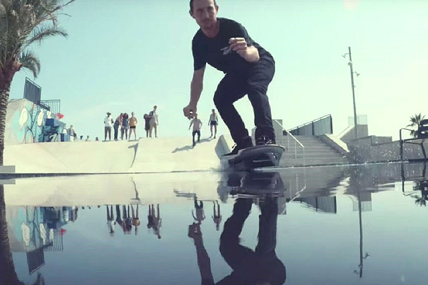 Het Lexus Hoverboard - innovatief skateboard zonder wielen, met magnetisch veld glijdt zelfs over water.