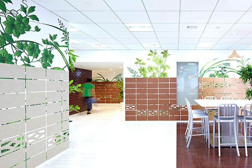 Het groen op de nieuwste  Google kantoren in Tokyo  is niet altijd echt maar draagt wel bij een vriendelijke kantoorinrichting.