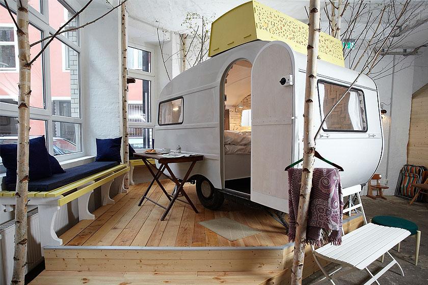 Huettenpalast - Indoor kamperen in caravans in Berlijn — interieur ...