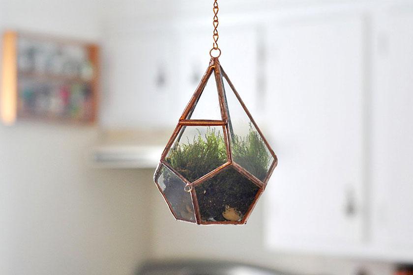 De  hangende terrarium pot in geometrische vormen  is zeer populair nu. Passend binnen de interieur trend van nu: botanisch!
