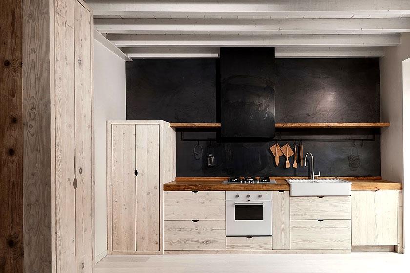 Industriële look van een keuken  - 6 ingredienten, veel inspiratie, tips en advies - Hele mooie keuken waarin heel veel hout is verwerkt. Dat hout is niet geschilderd maar bewerkt met een was of lichte beits zodat de houtstructuur goed zichtbaar blijft.
