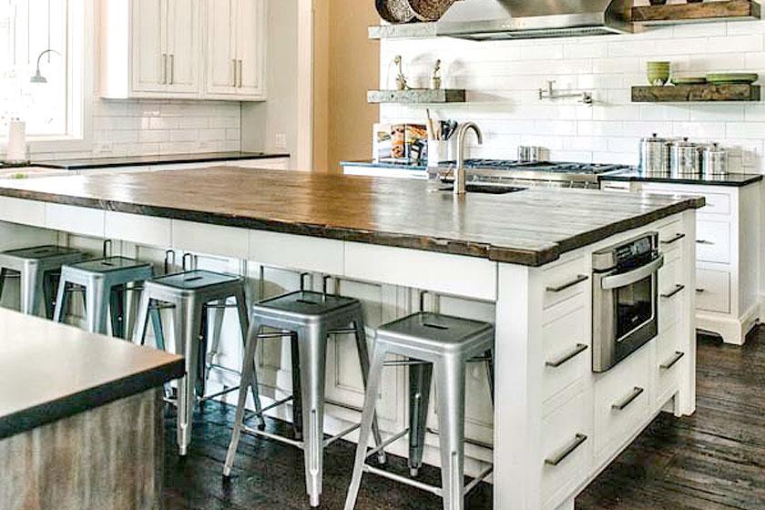 Industriële look van een keuken  - 6 ingredienten, veel inspiratie, tips en advies - Het gebruik van (oud) hout voegt warmte en gezelligheid aan een keuken toe.