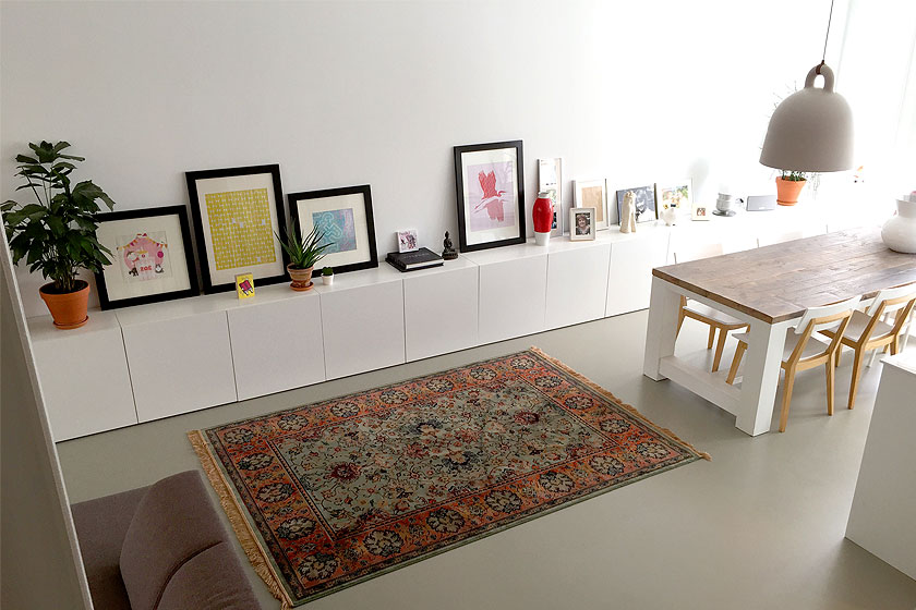 Onze huidige woonkamer. Witte hoge wanden, witte kasten, grijze vloer en het vloerkleed dat we kochten bij interieurwinkel Seven Days in Delft.