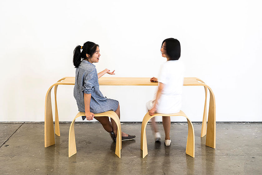 Tafel en stoelen 'Donald and Little Sidekicks' van gelijmde lagen fineer door designer Jingtao Zhang.