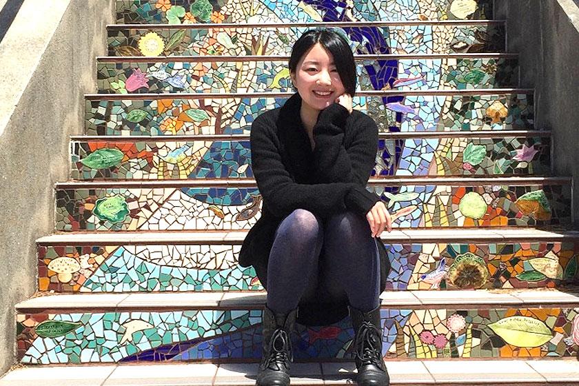Designer Jingtao Zhang  die de set tafel en stoelen 'Donald and Little Sidekicks' van gelijmde lagen fineer ontwierp en maakte.