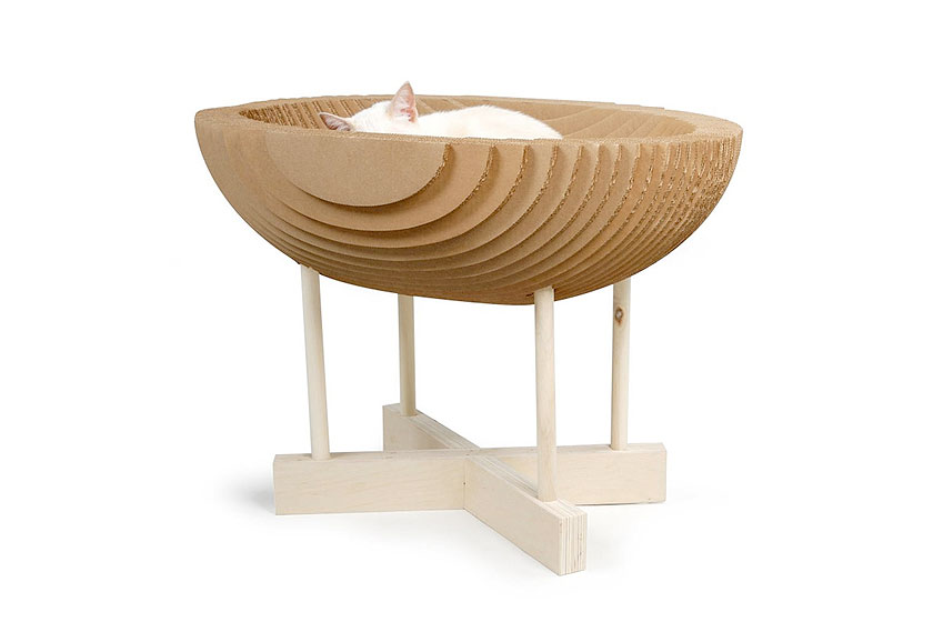 Kittypod. Kartonnen design krabpaal  van ontwerpster Elizabeth Paiges Smith