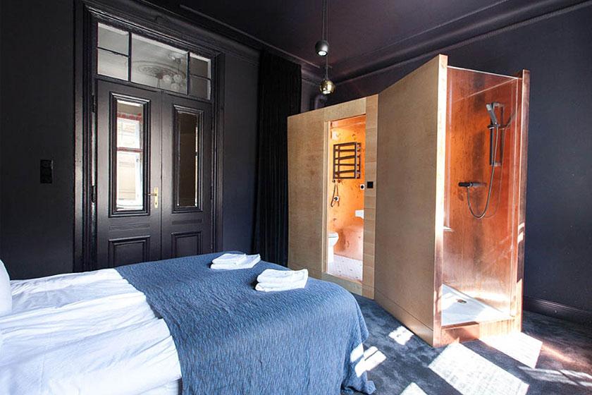 Eén van de,  door de Poolse designstudio Mamastudio, gerenoveerde hotelkamers  in Autor Rooms, een hotel in Warschau,bestaande uit gerenoveerde appartementen.