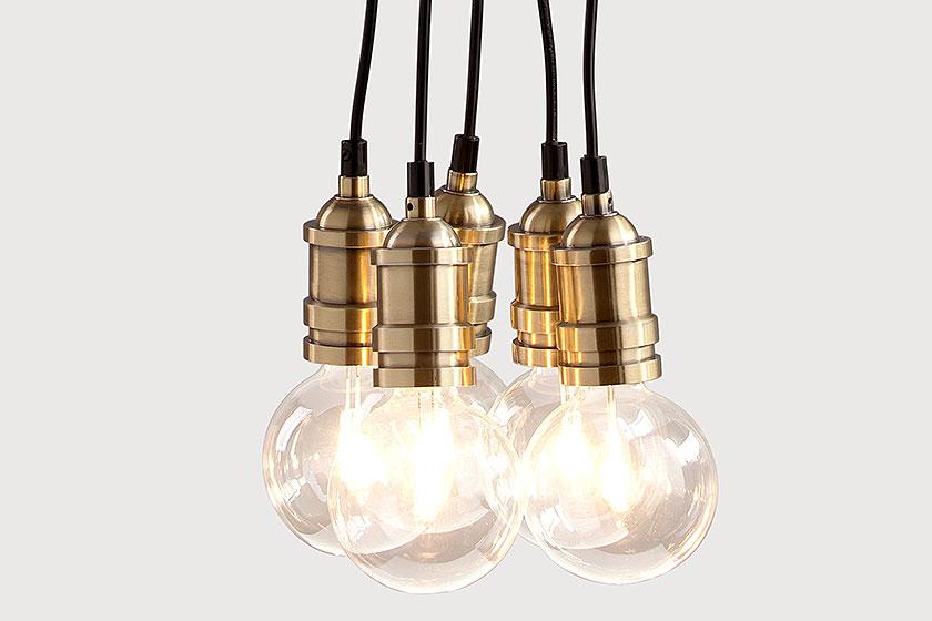 Hanglamp Starkey clusterhanglamp in messing. -Als toonbeeld van de industriële trend laat deze pure lamp zien hoe mooi kale gloeilampen en geborsteld messing kunnen zijn. Koop 'm op MADE.COM