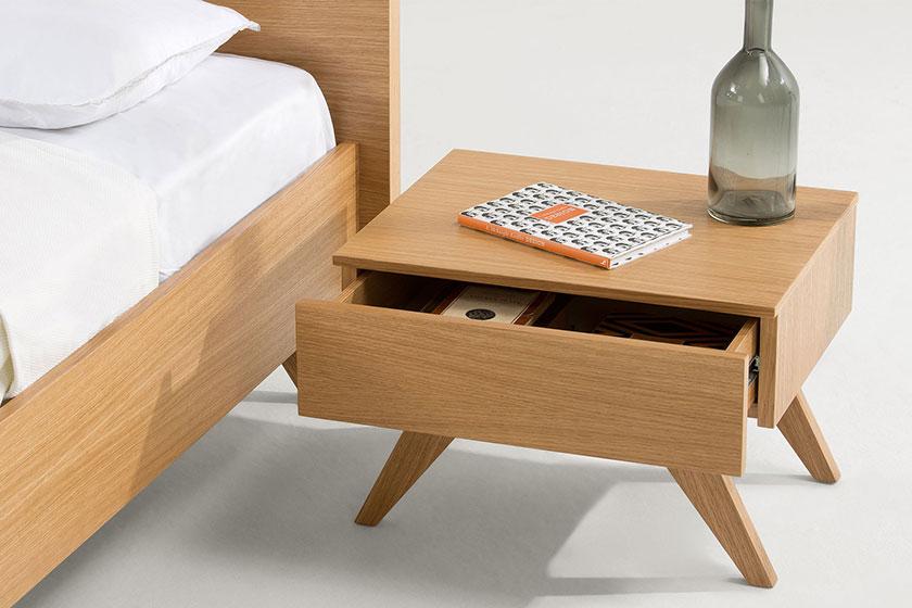 Nachtkastje Olsen.Maak indruk met deze moderne slaapkameruitrusting. Let op de pure lijnen, gebogen pootjes en perfecte afwerking. Koop 'm op MADE.COM.