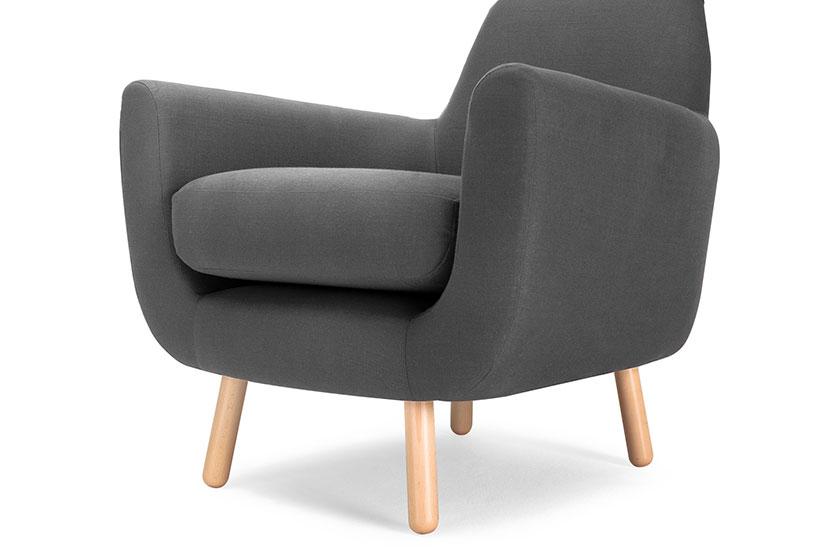 De Jonah fauteuil in shire grijs.Een eigentijdse stijl met een retro uitstraling. De geïntegreerde rugleuning, de gebogen vorm en de smalle, hoekige pootjes zorgen voor een frisse, strakke look. Koop 'm op MADE.COM