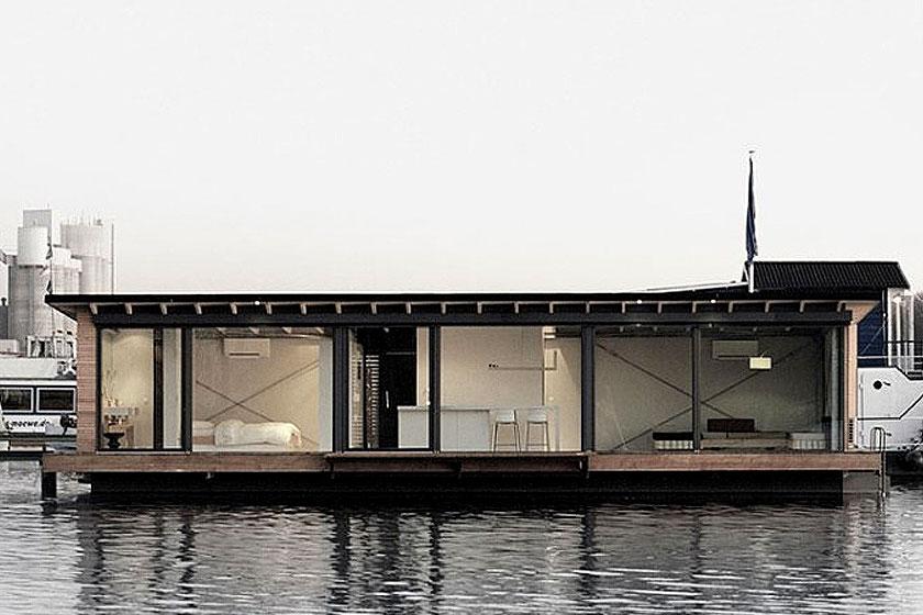 Hotelovernachting op een woonboot in Berlijn, Duitsland. De woonboot heeft aan één zijde een grote glazen pui waardoor je een prima uitzicht op het meer van Rummelsburg hebt.