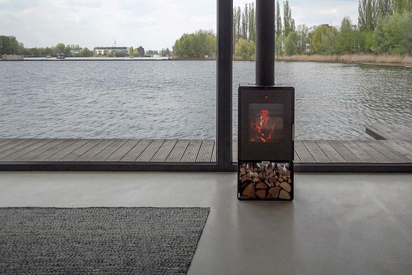 Een houtkachel verwarmt de ruimte in de koude maanden op de bijzondere woonboot in Berlijn.