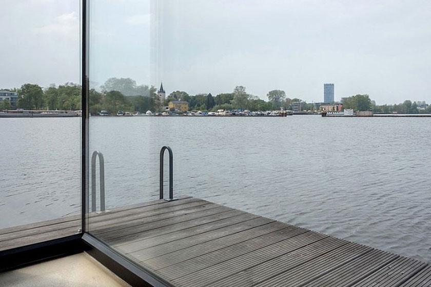 Vrij uitzicht op het meer van Rummelsburg in Berlijn. En je kunt zelfs een duik in het meer nemen vanaf je eigen terras.