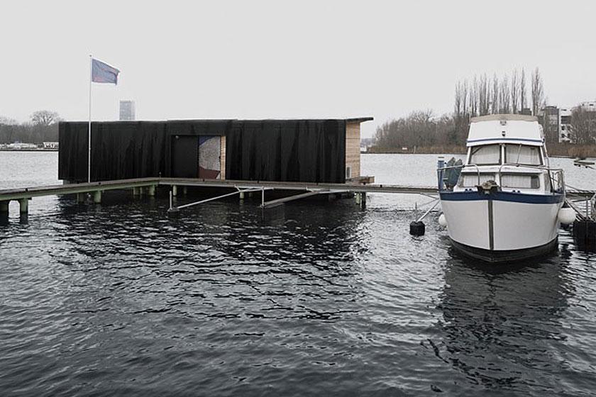 Het drijvende hotel/de woonboot ligt afgemeerd aan een klein dok. Bijzondere overnachting in Berlijn.