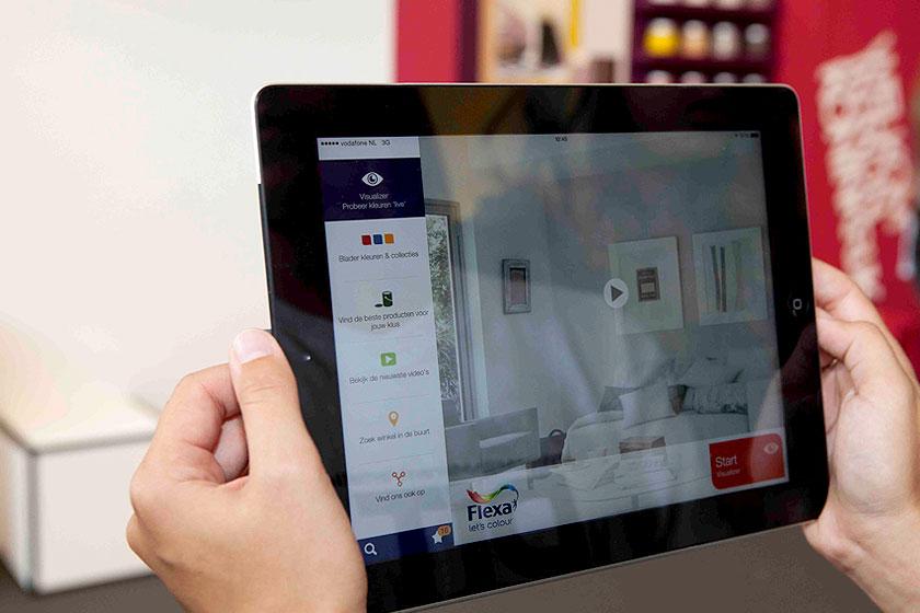 De Flexa Visualizer App, gelanceerd door Akzo-Nobel, werkt op basis van Augmented Reality. Met de app schilder je jouw kamer virtueel in elke gewenste kleur.
