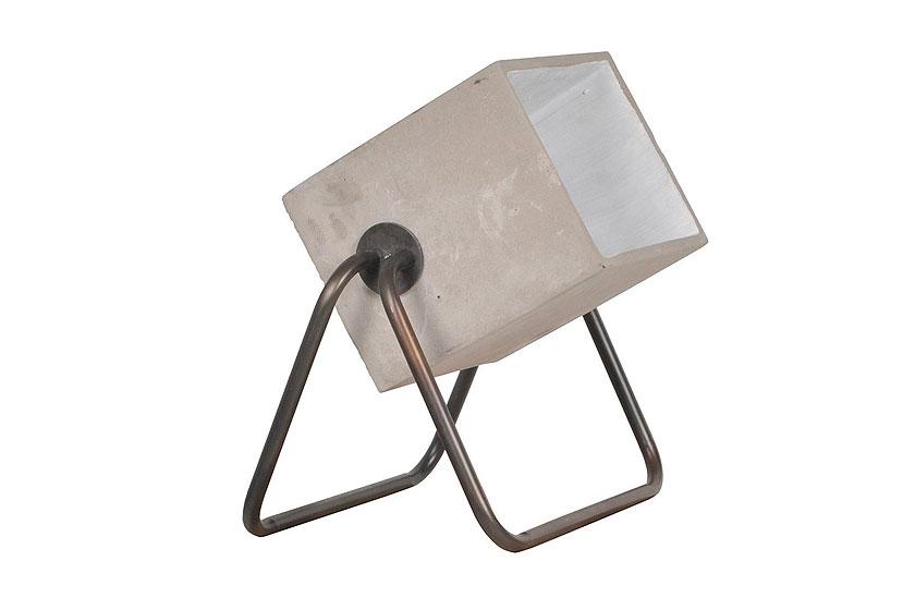 zuiver concrete vloerlamp lijkt op een design bouwlamp en is te koop via de webshop van