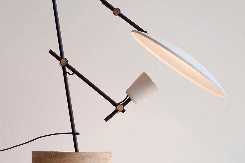 Crescent tafellamp door designer Lewis Yee