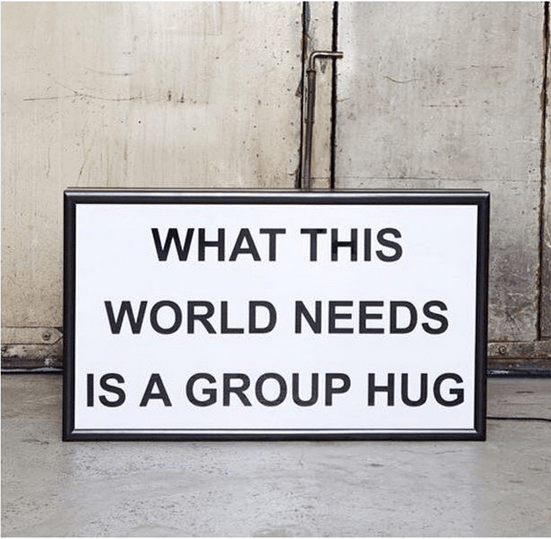 Lightbox-interieur-lichtbox-tekst-what-this-world-needs-is-a-group-hug-cadeau-tip-op-Styling-blog-nl.png