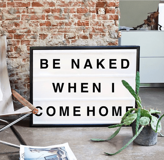 Lightbox-interieur-lichtbox-teksten-be-naked-when-i-come-home-cadeau-tip-op-Styling-blog-nl.png