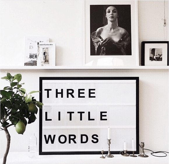 Lightbox-interieur-lichtbox-teksten-three-little-words-cadeau-tip-op-Styling-blog-nl.png