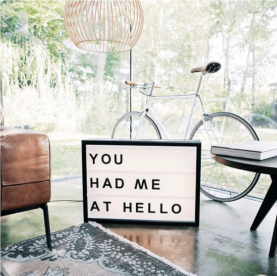 Lightbox-interieur-lichtbox-teksten-you-had-me-at-hello-cadeau-tip-op-Styling-blog-nl.png