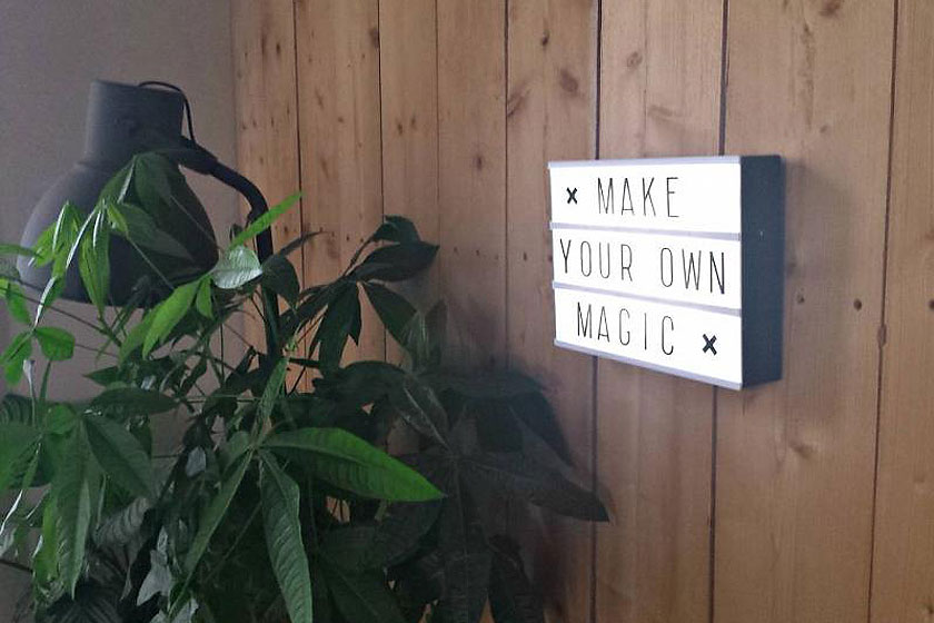 Lichtbak voor het interieur, de Lightbox, hier met de quote 'Make your own magic' is er erg populair momenteel.