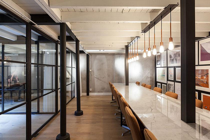 Architectenbureau Studio AA verbouwde een voormalig Amsterdams ketelhuis voor investeringsmaatschappij Nedvest - Zwart staal, marmer, gietijzer en eikenhout