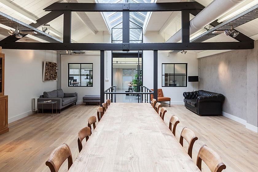 Architectenbureau Studio AA verbouwde een voormalig Amsterdams ketelhuis voor investeringsmaatschappij Nedvest - Combinatie van zwart staal en eikenhout