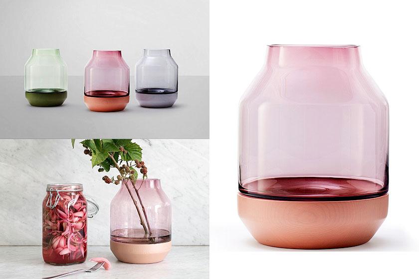 De Elevated Vaas van Muuto Design is handgeblazen glas en heeft een onderkant van essenhout. De vaas oa. te koop via webshop van Flinders.com