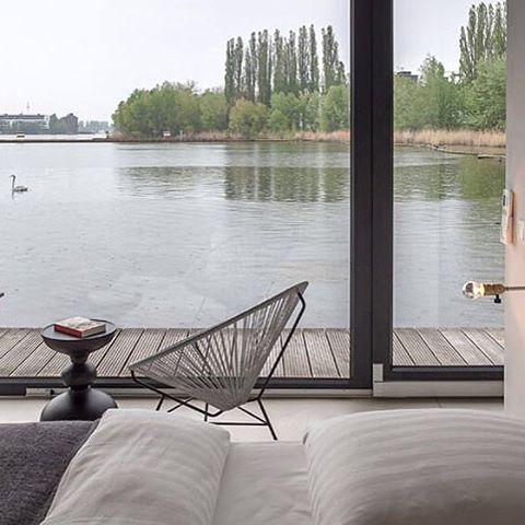 Chris en Oliver Laugsch, de twee design-minded broers achter verhuurbedrijf Welkom Beyond, zijn het meesterbrein achter het meeste waterige hotel in Berlijn; een moderne woonboot van 190m2.  Gelegen aan een klein dok aan het meer van Rummelsburg, beschikt de boot over een grote glazen pui met uitzicht op de stad, slaapplaatsen voor twee volwassenen en twee kinderen, een chique gestroomlijnde keuken, en een paar fietsen voor... Meer info over Berlijn, hotelovernachtingen en styling gerelateerde artikelen op weblog: Stylingblog.nl (zie link in bio). #interior #product #design #interieur #styling #stylist #stylingblog #weblog #Dutch #Nederlands #inspiration #tips #Netherlands #Voorburg #freelance #inrichting #woon #accessoires #nieuws #news #ontwerp #webshop #Nederland #Berlijn #hotel #woonboot #stedentrip #tip #Laugsch #Rummelsburg