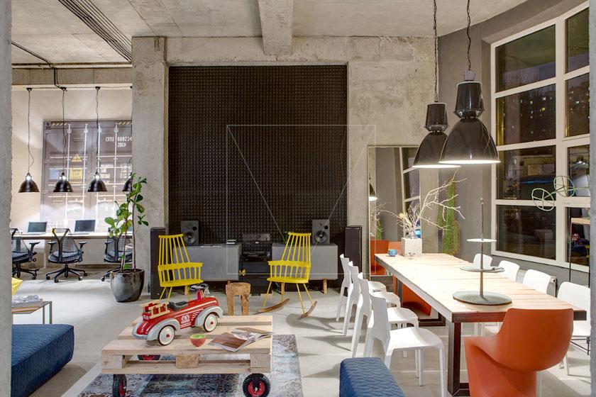 Designer / Architect Sergey Makhno ontwierp het kantoor van Dizaap, meubel bedrijf in Oekraïne met industriële inrichting