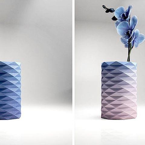 Op de site van ontwerpbureau Danese Milano kwamen we een bijzondere vaas tegen. Huemid is een vaas die reageert op het vochtgehalte van de aarde in de vaas. Gemaakt van gerecycled karton en doordrenkt met cobalt blauw bromide. Dat is een stof die reageert op vochtigheid. Wanneer de vaas wordt geopend en op de... Lees verder op weblog: Stylingblog.nl (zie link in bio). #interior #product #design #interieur #styling #stylist #stylingblog #weblog #Dutch #Nederlands #inspiration #tips #Netherlands #Voorburg #freelance #inrichting #woon #accessoires #nieuws #news #ontwerp #webshop #Nederland #Danese #Milano #Huemid #Vase #Vaas #cardboard #bromide
