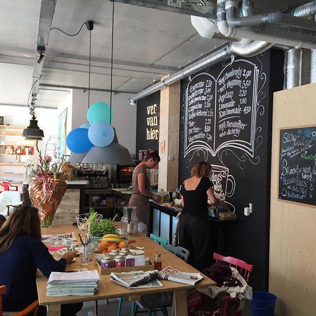 Even een tussenstop, met tosti, bij kinderboekenwinkel/lunchroom Ver Van Hier (@vervanhier) in Rotterdam. Gietvloer op de grond, multiplex meubels, allemaal verschillende oude stoeltjes en natuurlijk heeeel veel kinderboeken. En lekkere espresso! Superleuk! Binnenkort een uitgebreid verslag op Stylingblog met meer foto's.