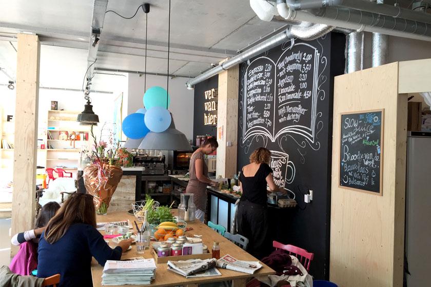 Kinderboekenwinkel en koffietent Ver van Hier in Rotterdam - nieuwe hotspot voor papa- en mamadag of het weekend voor een lekker koffie en leuke cadeau's en kaarten - Foto 1