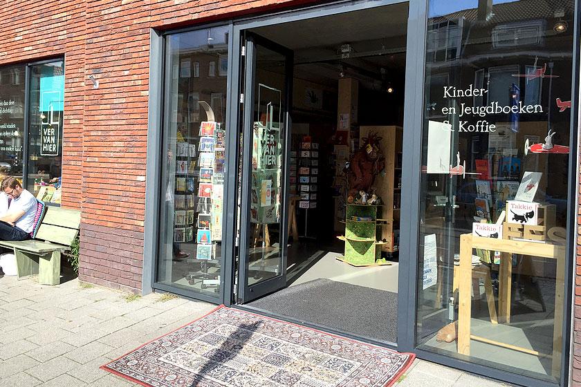 Kinderboekenwinkel en koffietent Ver van Hier in Rotterdam - nieuwe hotspot voor papa- en mamadag of het weekend voor een lekker koffie en leuke cadeau's en kaarten - Foto 2