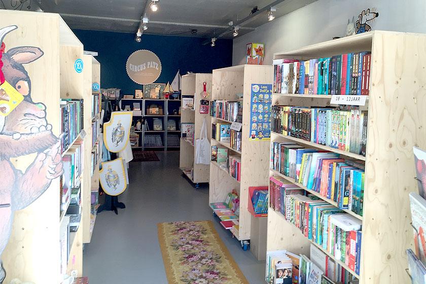 Kinderboekenwinkel en koffietent Ver van Hier in Rotterdam - nieuwe hotspot voor papa- en mamadag of het weekend voor een lekker koffie en leuke cadeau's en kaarten - Foto 3