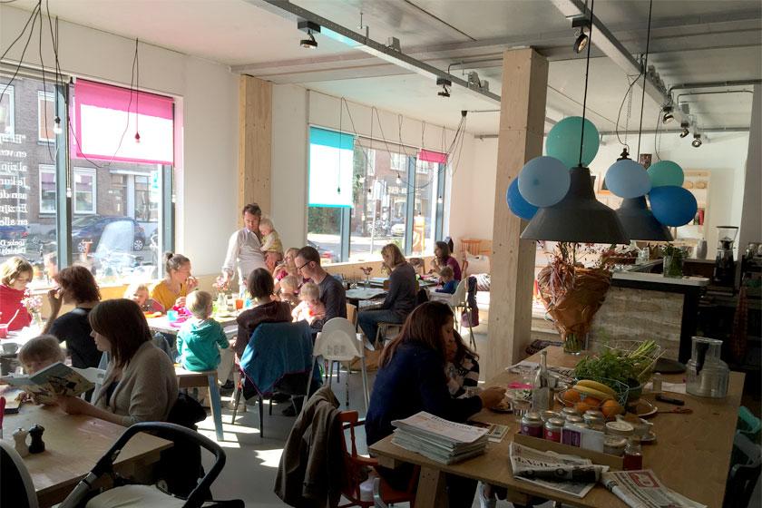 Kinderboekenwinkel en koffietent Ver van Hier in Rotterdam - nieuwe hotspot voor papa- en mamadag of het weekend voor een lekker koffie en leuke cadeau's en kaarten - Foto 4