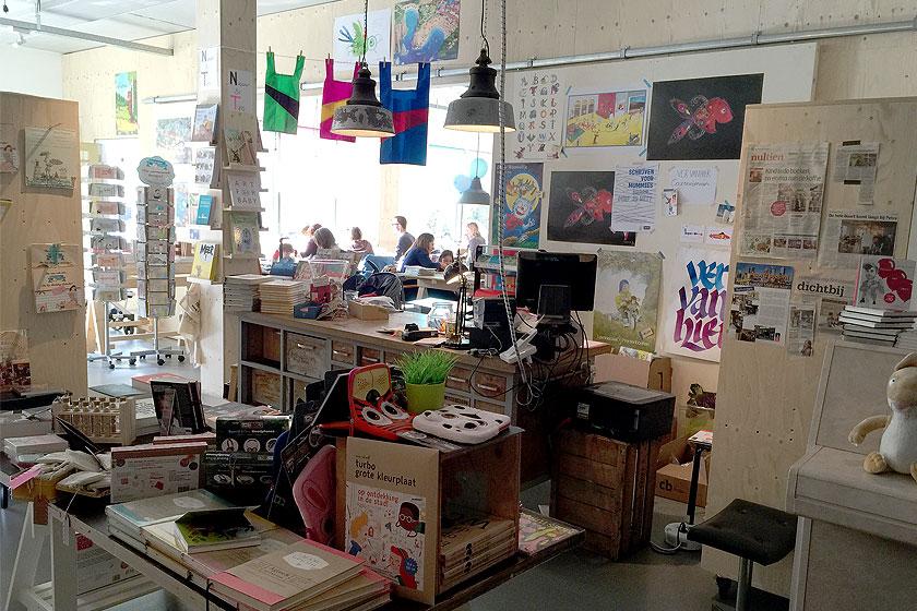 Kinderboekenwinkel en koffietent Ver van Hier in Rotterdam - nieuwe hotspot voor papa- en mamadag of het weekend voor een lekker koffie en leuke cadeau's en kaarten - Foto 7