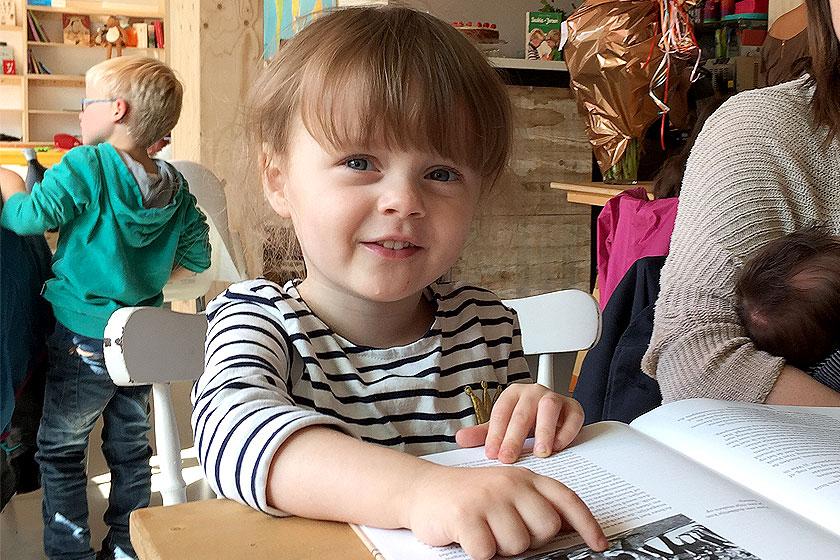 Kinderboekenwinkel en koffietent Ver van Hier in Rotterdam - nieuwe hotspot voor papa- en mamadag of het weekend voor een lekker koffie en leuke cadeau's en kaarten - Foto Zoë