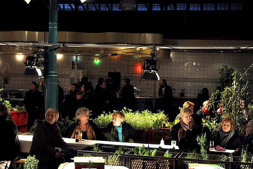Must-visit: Prinzessinnengarten in Berlijn is een verplaatsbare biologische tuin met een koffietent, toiletten en een bar - Foto 8