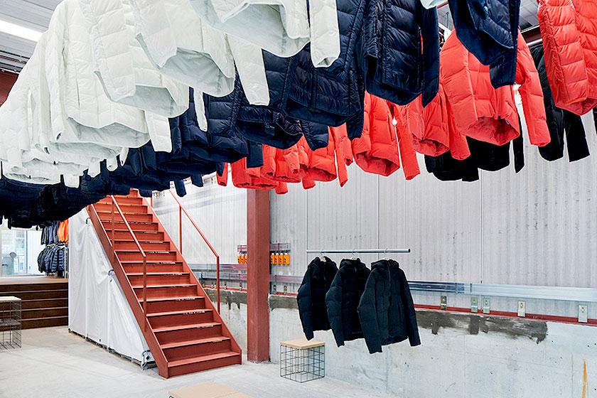 Interieur ontwerp van de Descente Blanc sportkleding winkel in Tokyo, Japan. Waarbij kleding uit het plafond naar beneden gehaald wordt, door architectenbureau Schemata - Foto 1