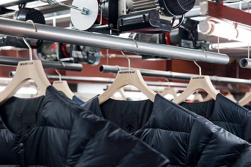 Interieur ontwerp van de Descente Blanc sportkleding winkel in Tokyo, Japan. Waarbij kleding uit het plafond naar beneden gehaald wordt, door architectenbureau Schemata - Foto 2