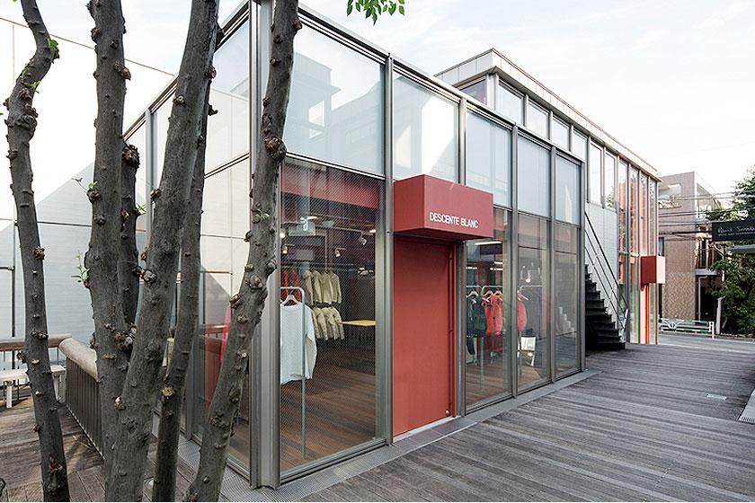 Interieur ontwerp van de Descente Blanc sportkleding winkel in Tokyo, Japan. Waarbij kleding uit het plafond naar beneden gehaald wordt, door architectenbureau Schemata - Foto 3