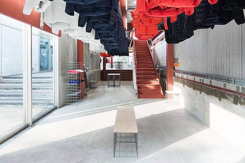Interieur ontwerp van de Descente Blanc sportkleding winkel in Tokyo, Japan. Waarbij kleding uit het plafond naar beneden gehaald wordt, door architectenbureau Schemata - Foto 4