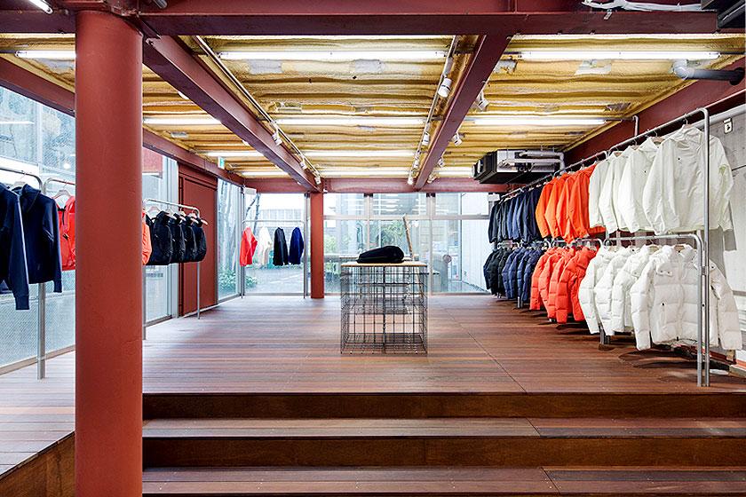 Interieur ontwerp van de Descente Blanc sportkleding winkel in Tokyo, Japan. Waarbij kleding uit het plafond naar beneden gehaald wordt, door architectenbureau Schemata - Foto 5