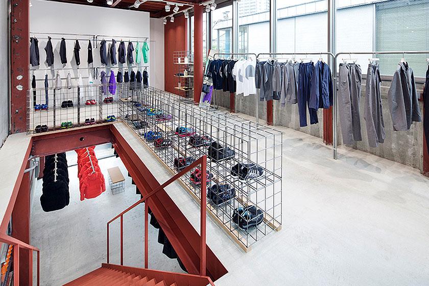 Interieur ontwerp van de Descente Blanc sportkleding winkel in Tokyo, Japan. Waarbij kleding uit het plafond naar beneden gehaald wordt, door architectenbureau Schemata - Foto 6